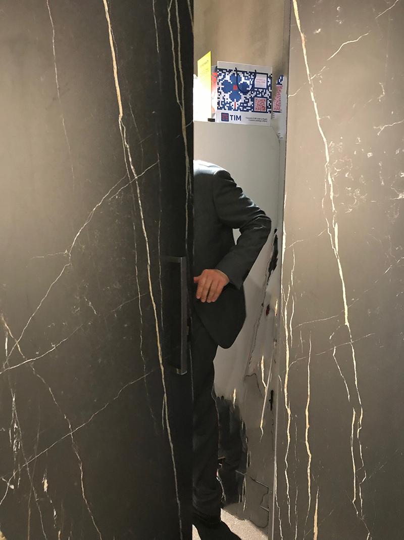 porta rivestita in gres porcellanato effetto marmo