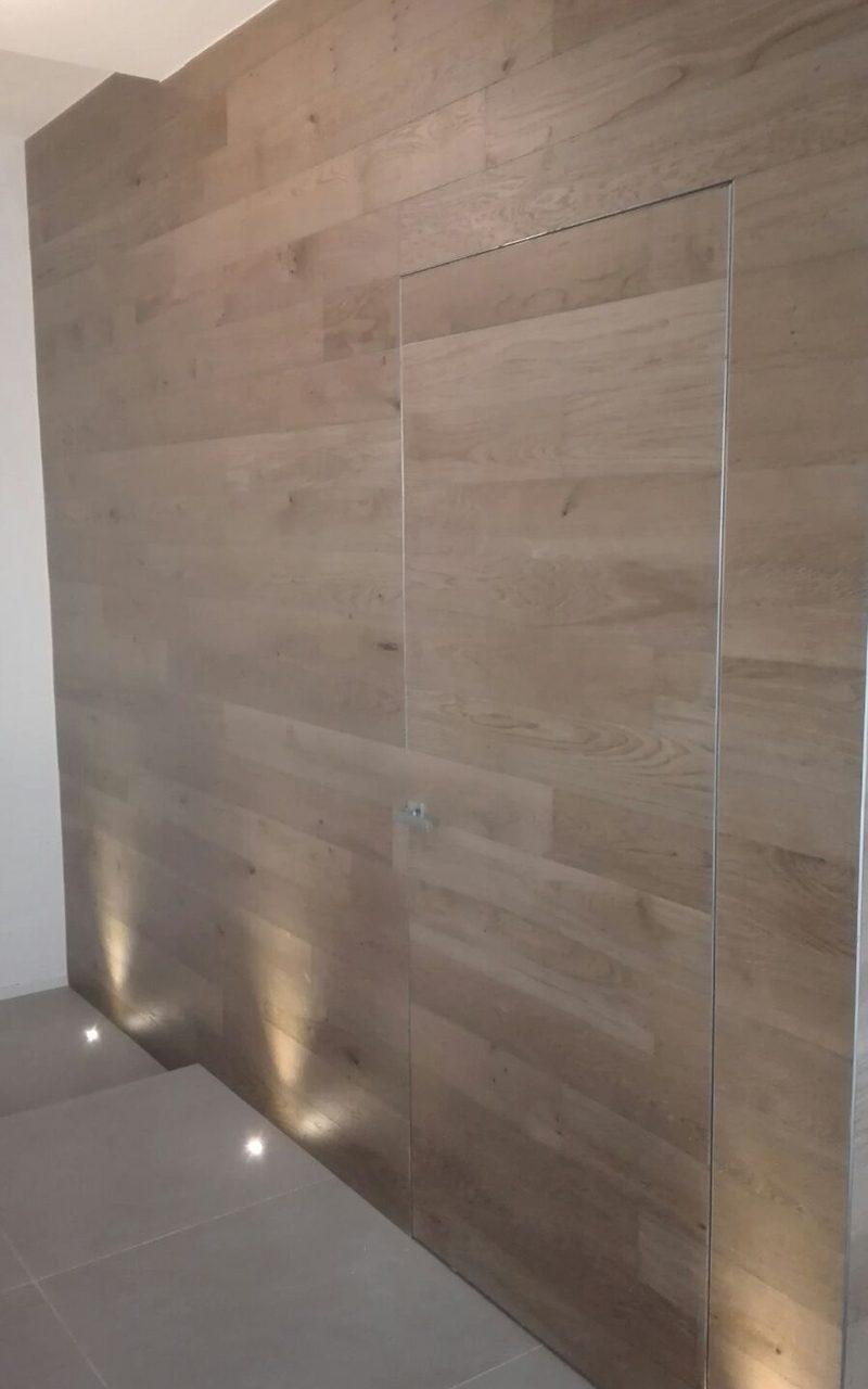 porta e parete rivestite in legno